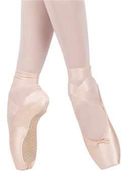 The model has a medium vamp between U and V-shaped and slightly tapered box shape.  INNOVATIVE LAST TYPE: Smart Pointe.